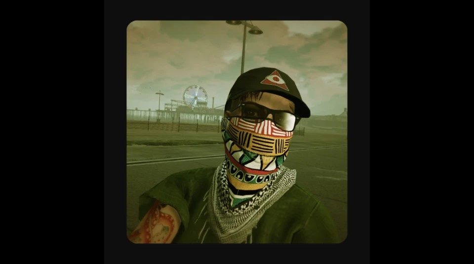 Selfie of character from GTA Online wearing a colourful print mask, a Securoserv cap, green top, Palestine scarf. At Vespucci Beach.